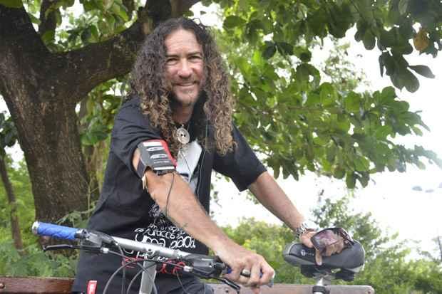 O cantor Silvério Pessoa aproveita o tempo livre que tem com a bike para ouvir música, coisa que adora, mas não tem tempo em casa (Foto: Cristiane Silva/DP/D.A Press)