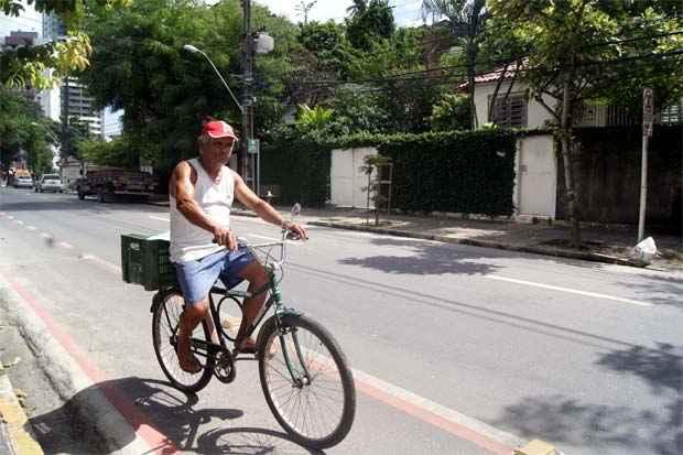 Pedreiro Antônio Felinto usa a bicicleta diariamente para ir ao trabalho reclama do desrespeito. Foto: Myrela Moura/Esp.DP/D.A Press
