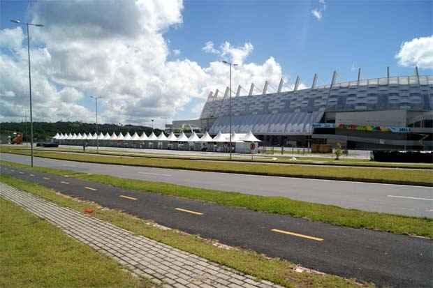 Ciclovia bem sinalizada e espaçosa foi construída na BR- 408 que corta todo o trajeto da Arena de Pernambuco. Foto: Myrela Moura/DP/D.A Press