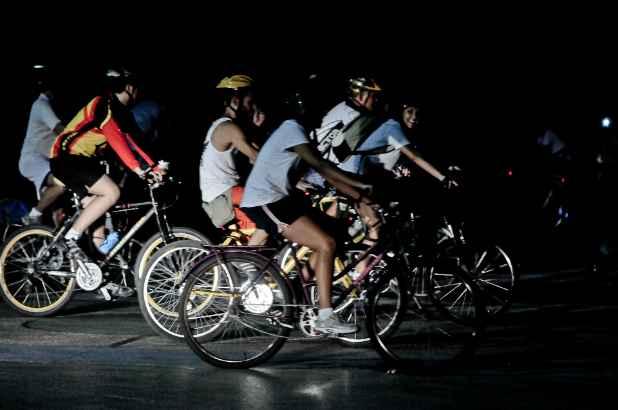 Grupos se organizam para pedalar em conjunto no Recife. Na foto, a Bicicletada, movimento que pede mais atenção aos ciclistas, realiza pedal na última sexta-feira do mês. Crédito: Bernardo Dantas/DP/DA Press/Arquivo