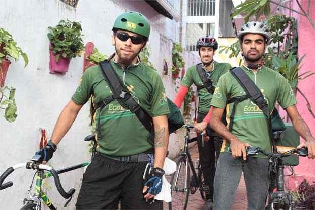 Arion Santos, Jonathan Alves e Hugo Gomes trabalham como bike boys na Ecolivery. Foto: Nando Chiappetta/DP/D.A Press