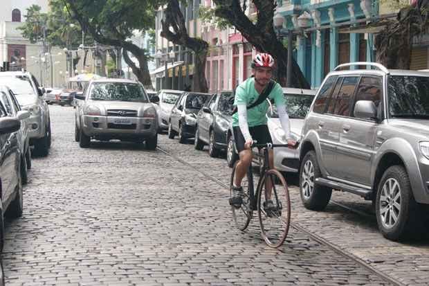 """""""O dia a dia é complicado, pois muitos carros ainda não sabem nos respeitar"""", diz o bike boy Gilberto Martins Júnior. Foto: Carolina Braga/Esp DP/D.A Press"""