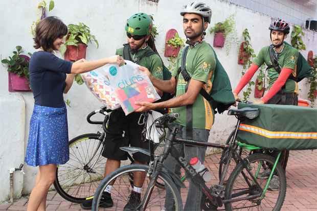 A loja d.uas Design, localizada no bairro de Casa Amarela, começou a usar o serviço de bike boys para entregas. Foto: Nando Chiappetta/DP/D.A Press