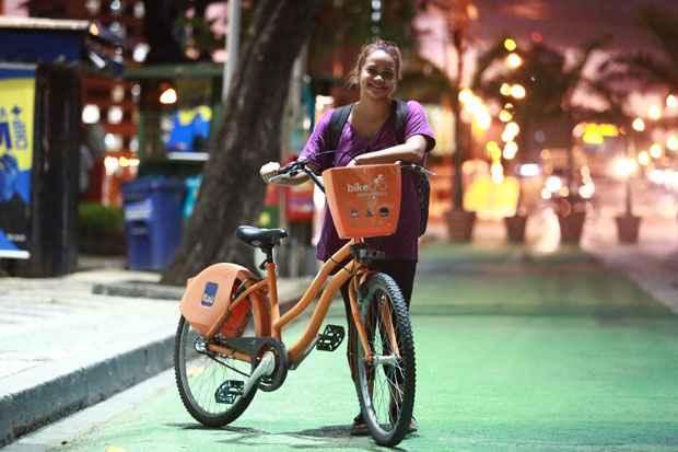 A estudante Ana Beatriz decidiu fazer o percurso até o trabalho de bicicleta. Foto: Bernardo Dantas/DP/D.A Press