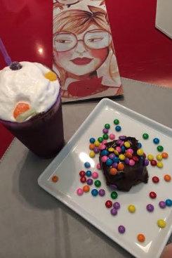 O milkshake de chocolate acompanha chantily no CaféCafé. Foto: CaféCafé/Divulgação