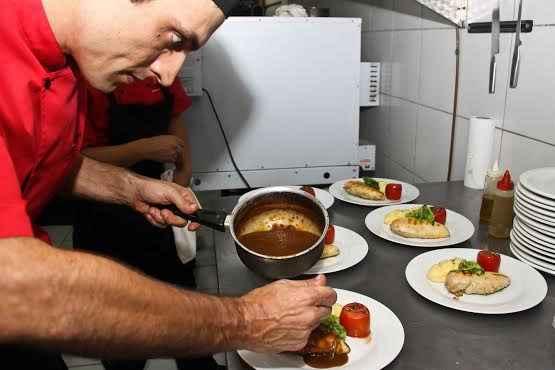 Os chefs Marc Colominas e Juan Acosta em ação. Foto: Jorge Farias/Divulgação