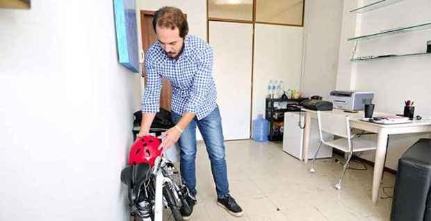 O psicanalista Samir Honorato vai pedalando de casa, no Bairro Santo Antônio, para o trabalho, no Funcionários. Espaço não é problema para a bicicleta - Foto: Beto Magalhães/EM/D.A Press (Beto Magalhães/EM/D.A Press)