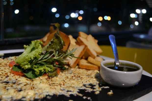 Queijo coalho ganha status gourmet e é transformado num carpaccio, que pode ser degustado diante de uma bela vista na varanda do Vaporetto. Créditos: Diogo Carvalho/DP