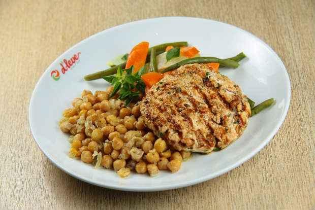 A sugestão vegetariana é de hambúrguer de grão de bico processado com ervas. Foto: Signo/Comunicação