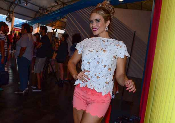 Geisy Arruda chama atenção no São Paulo Fashion Week. Crédito: Leo Franco e Wesley Costa/AgNews