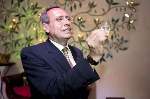 O professor Jairo Martins é especialista em cachaça. Foto: Daniella Brito/Divulgação