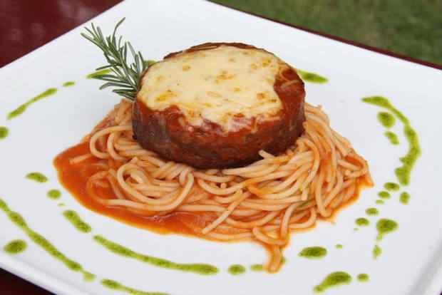 Polpetone com espaguete. Foto: 4Comunicação/Divulgação