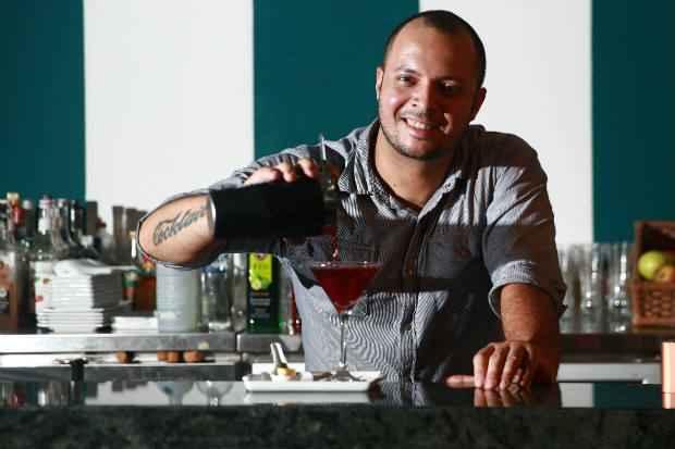 Luciano utilizou tônica e xarope de hibisco na receita. Foto: Bernardo Dantas/ DP/D.A Press