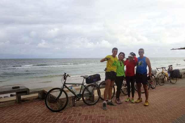 O grupo na Praia de Boa Viagem após percorrer os 270 quilômetros que separam Maceió e Recife (Foto: Roberto Encarnação/Divulgação)