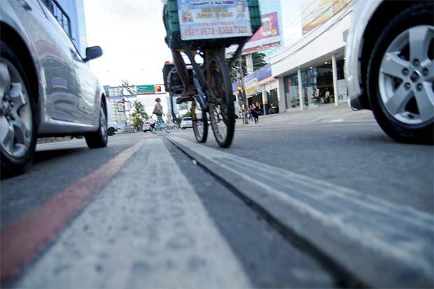 Respeito às leis de trânsito é o primeiro passo para uma convivência tranquila entre motoristas e ciclistas. Guilherme Verissimo/Esp DP/DA Press
