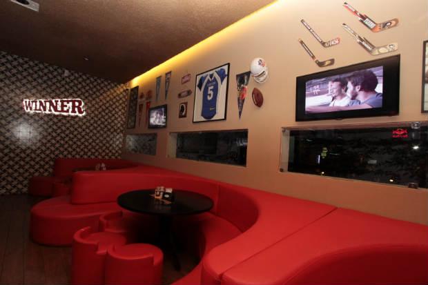 Ambiente interno do bar e restaurante que fica na Rua Venezuela, no Espinheiro, é inspirado em modalidades esportivas. Foto:Roberto Ramos/DP/D.A Press
