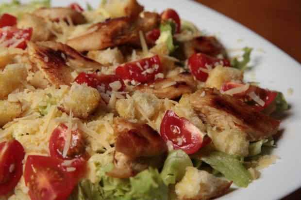 Caesar Salad, salmão e camarão são opções para clientes preocupados com o fitness.  Foto: Roberto Ramos/DP/D.A Press ( )