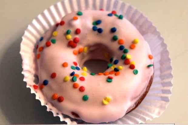 O tradicional donuts é com cobertura de morango. Foto: Taís Machado/Divulgação