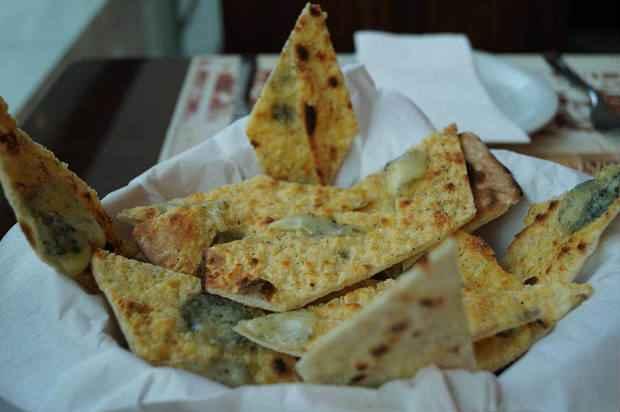 Massa de pizza com queijo é uma das entradas mais pedidas do Armazém Guimarães. Foto: Mid/Comunicação