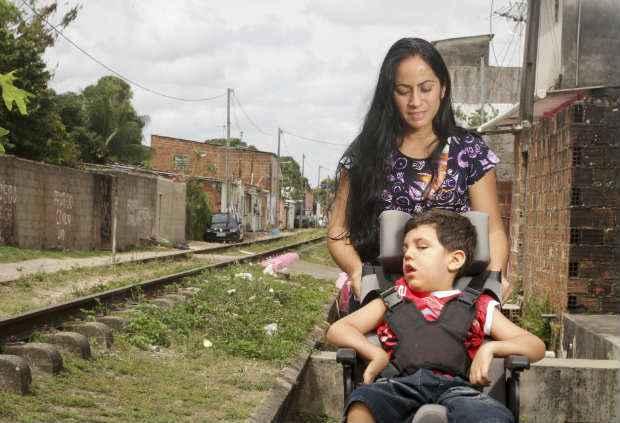 Silvia Cavalcanti, mãe de Maycon Cavalcanti Alcântara, aguarda a chegada do medicamento para tratar a criança (Guilherme Verissimo/Esp DP/DA Press.)