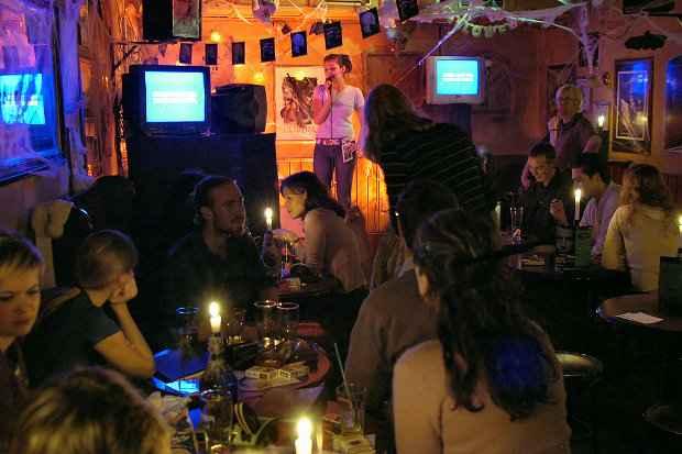 Karaokê, para soltar a voz e cultivar relacionamentos. Foto: Wikimedia Commons