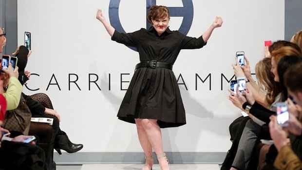 Jamie foi a primeira modelo com Síndrome de Down a cruzar as passarelas da New York Fashion Week. Foto: Twitter/@carriehammer/Reprodução
