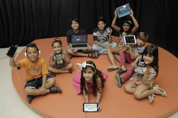 Crianças se divertem com os jogos de seus tablets, celulares e notebooks (Ivan Melo/Esp.DP/D.A.Press)