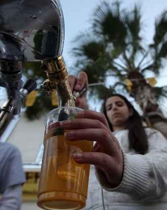 Especialista diz que cerveja é versátil, serve para várias ocasiões, combina com todo tipo de comida e, melhor, é uma bebida feminina. Foto: AFP PHOTO/ABBAS MOMANI
