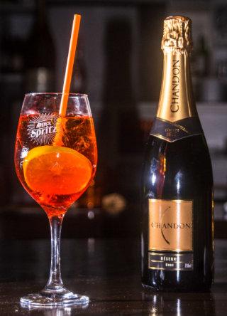 A dose do espumante Chandon ajuda a equilibrar o sabor do drinque. Foto: Giovanni Costa/ Divulgação