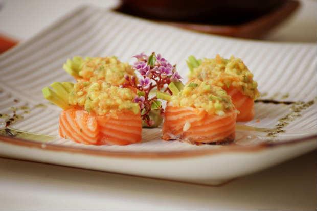 O Jojô comum (lâmina de salmão enrolada em recheio) recebe o sobrenome abacate no restaurante Mura Orora. O prato é rodeado de tartar de salmão com abacate. Foto: Júpiter Comunicação/ Divulgação