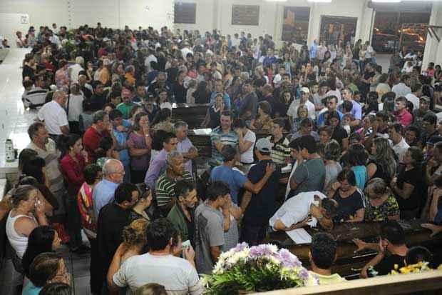 O velório coletivo se estende até   as 8h desta segunda-feira, quando será   realizada uma celebração ecumênica no local. Foto: Gilmar Souza/Agência RBS/Estadão Conteúdo