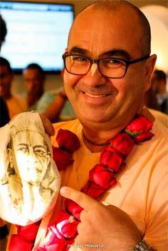 """Chandramukha Swami, líder Hare Krishina, diz que reclamar de tudo não faz bem nem interna nem externamente. """"O antídoto para este mal é a celebração"""". FOTO: Facebook/Reproducao da Internet"""