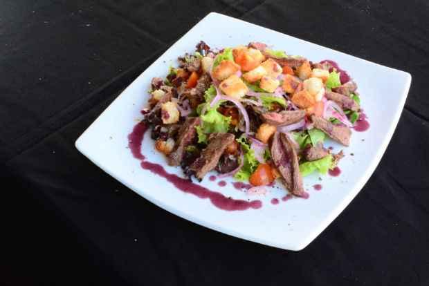 Fernando e Isaura: salada leva mignon grelhado, mix de folhas, parmesão e molho de vinho