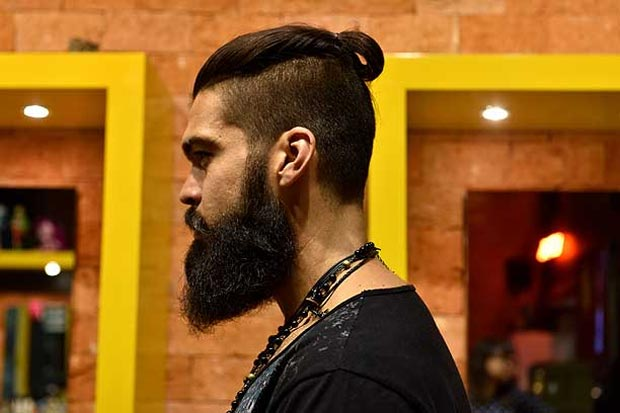 O cabeleireiro Felipe Pimenta usa coques e destaca que a procura pelo penteado é crescente. Foto: Zuleika de Souza/CB/D.A Press