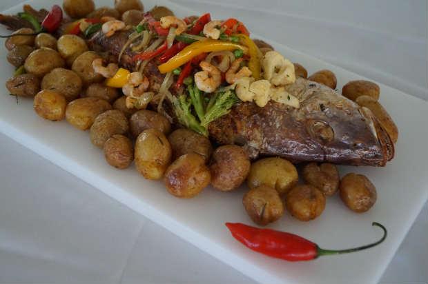 Cioba recheada com farofa de camarão está no cardápio do restaurante Entre Amigos. Foto: Entre Amigos/Divulgação
