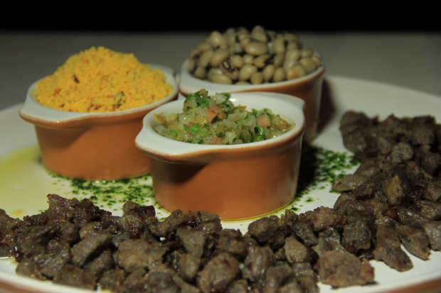 O Arrumadinho de carne de sol, tipicamente regional, é líder de saída na hora do almoço. Foto: Júpiter Comunicação/ Divulgação