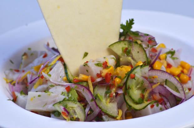 Salada combinada com tilápia e cebolas roxas dá origem ao Ceviche do Evoé. Foto: Rafael Bandeira/ Exclusiva!BR