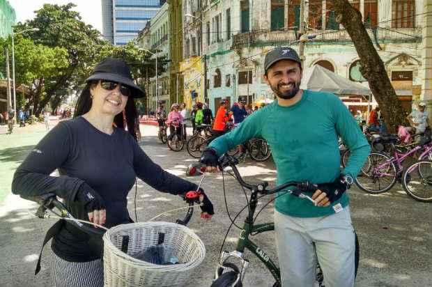 Fábia e Carlos aproveitaram o feriado para suar a camisa na ciclofaixa. (Rosália Vasconcelos/DP/DA Press)