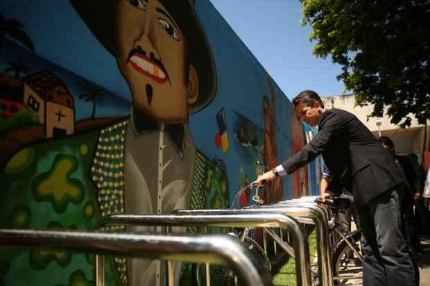 local foi decorado por artistas da ONG Cores do Amanhã com imagens de pontos turísticos de Pernambuco. Foto: Hesíodo Góes.