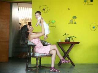 Carol com seu filho, Bento, em 2013 (Foto: Bernardo Dantas/ DP/D.A Press)