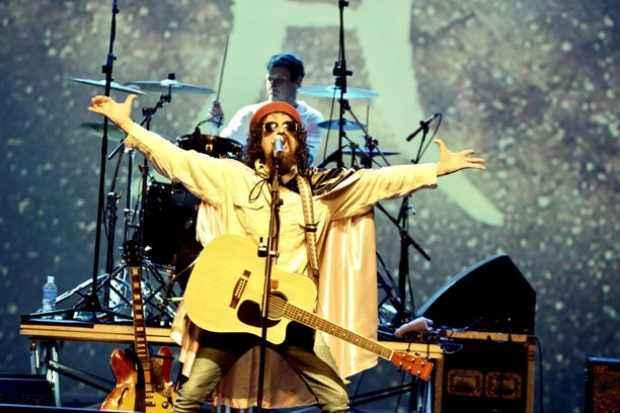 No espetáculo quem assume o papel do pai do rock brasileiro é o ator e cantor Renato Ignácio. Foto: Anderson Xexa