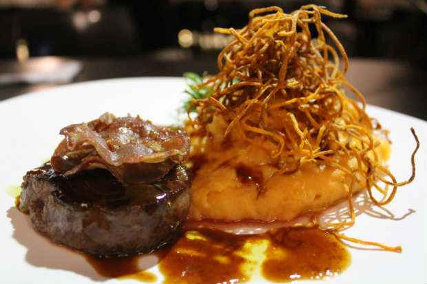 Medalhão de filé é uma das opções do menu especial do Pisco Lounge Bar Foto: Simon Carrazzone/ Divulgação