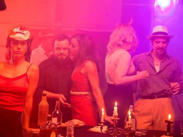 No terceiro episódio, Matheus interpreta Zé do Caixão em uma festa ao lado da namorada Sarita (Vanessa Prieto). Foto: Space/Divulgação