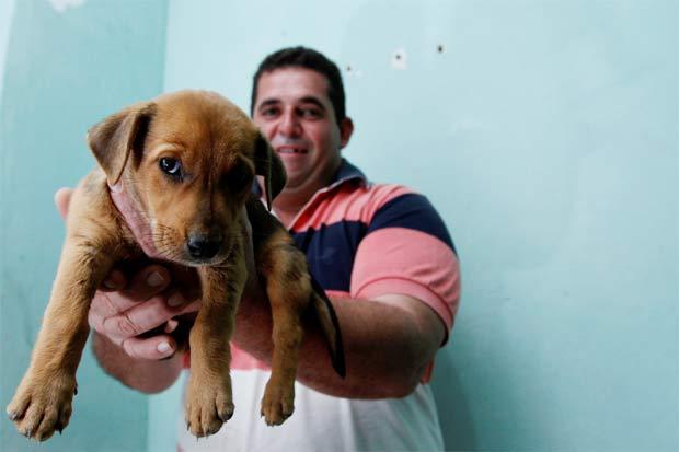 O cinegrafista Anderson Lira, da TV Clube, adotou a cadelinha de apenas 40 dias. Foto: Rafael Martins/Esp DP/D.A Press