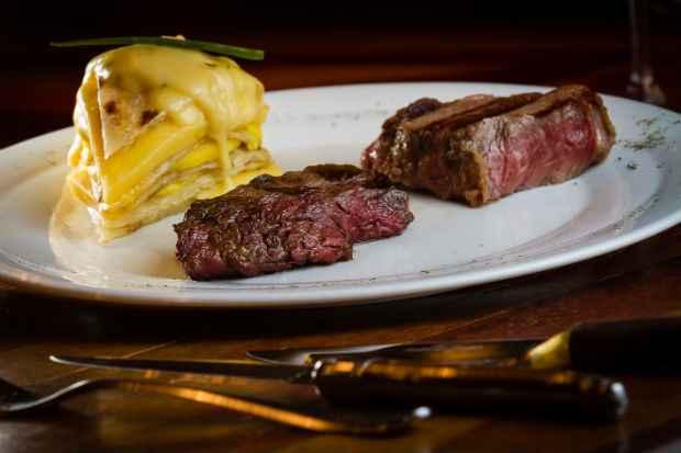 Entre os pratos, um Roastbeef (fatias) de Carne de Sol Prime e Galette de Macaxeira. Foto: Greg Rosa/Divulgação.