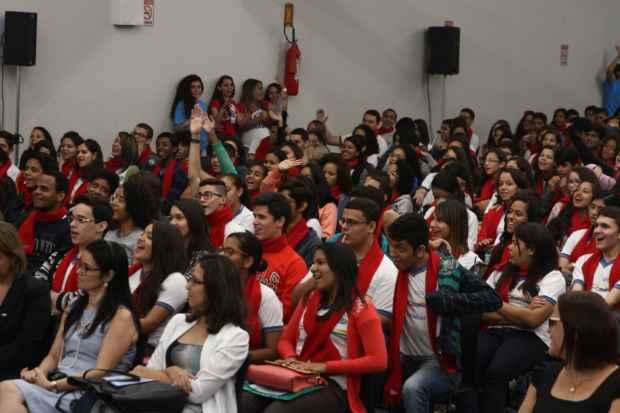 Os alunos se reuniram no Centro de Convenções para receber orientações de pré-embarque. Foto: Julio Jacobina/DP/D.A Press