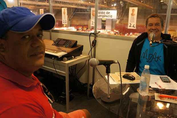 Ricardo Félix, artesão, filho de Maria Amélia de Tracunhaém, e o locutor Iran Santos na cabine de transmissão ao vivo no mezanino do pavilhão. Foto: Trago Boa Notícia/Divulgação