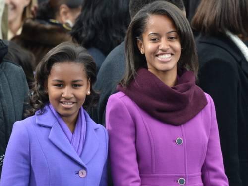 Malia está à direita, com o casaco lilás da J.Crew. Foto: JEWEL SAMAD / AFP