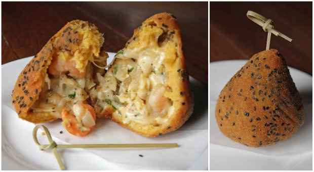 Saca só essa coxinha de camarão com blend de queijos por dentro e gergelim por fora