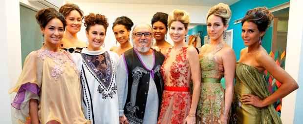 Jan Souza, ladeado pelas modelos que desfilaram a coleção. Foto: Agência Gleyson Ramos/Flávio Alves/Divulgação
